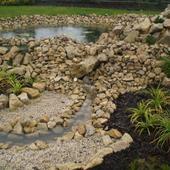 Architekrura: rzeka w ogrodzie