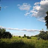 Błękit nieba...z chmurkami w zielonej ramce
