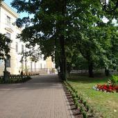 W parku, przed pałacem