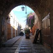 uliczka i bugenwilla