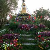 Kapliczka tonąca w kwiatach(żywych)