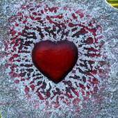 Czerwone serce w kamieniu.