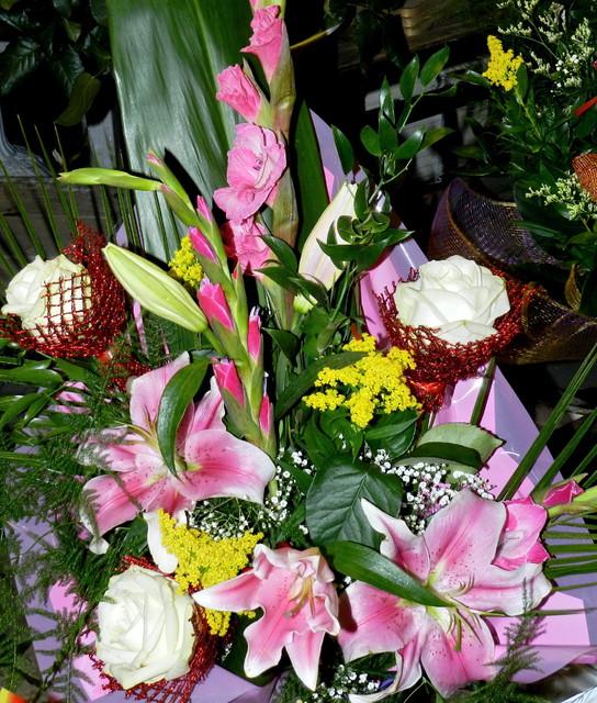 Kolorowy bukiet-lilie,róże i mieczyki