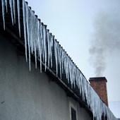 Sople lodu zwisające z dachu