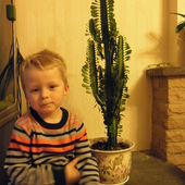 Synus ze swoim ulubionym kwiatkiem