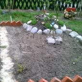 Ogródek połączenie kamieni z cegłą..