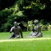 ,,Śniadanie na trawie,,       -Pomnik