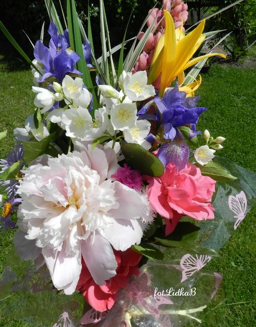 Bukiet z kwiatów ogrodowych.