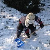 Młodszy wnusio już odśnieża tego roczny śnieg:):)