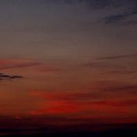 Zachód Słońca poza miastem.