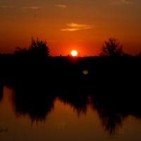 Zachód Słońca nad stawem.