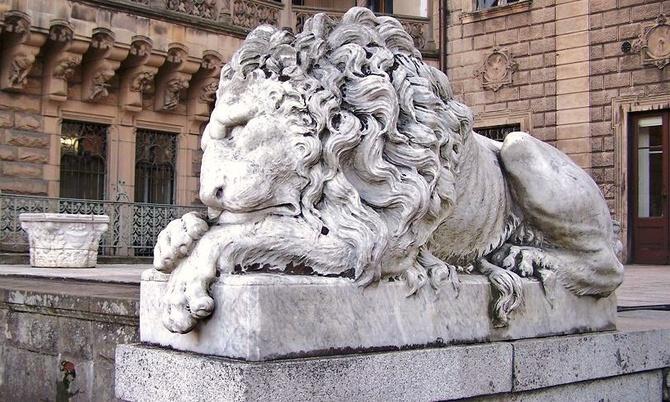 Moszna - lew  strzeże zamku .