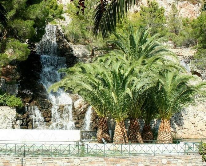 Palmy i wodospad w Grecji