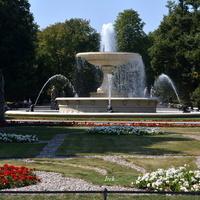 Kwiaty i fontanna w Ogrodzie Saskim w stolicy
