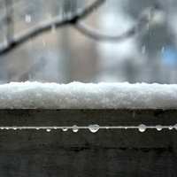 Na balkonie wiszą drobne diamenty.