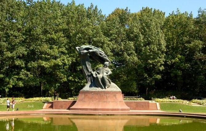 Chopin na tle drzew w Łazienkach Królewskich