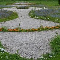 Klomb z kwiatami w parku