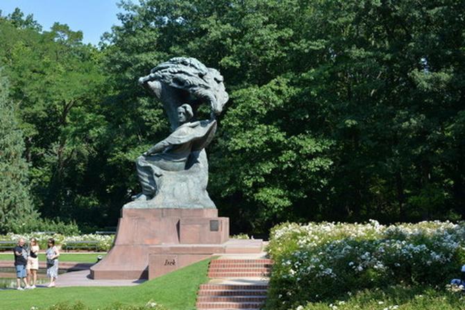 Białe róże koło Pomnika Chopina