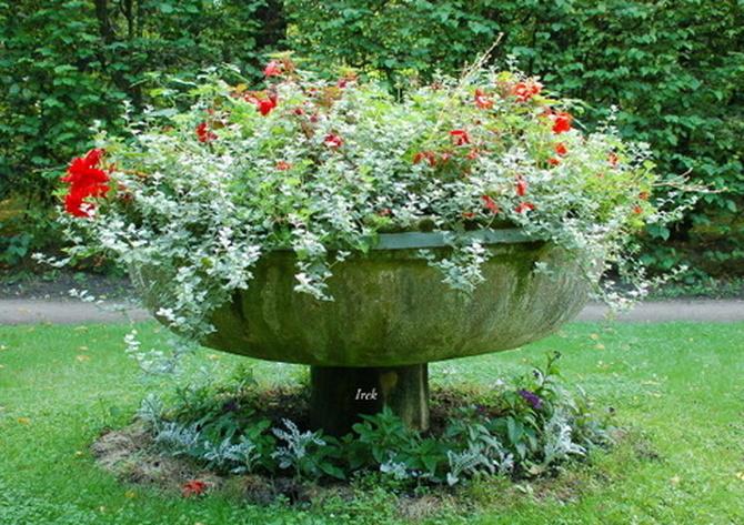 Zabytkowy gazon z kwiatami w Nieborowie