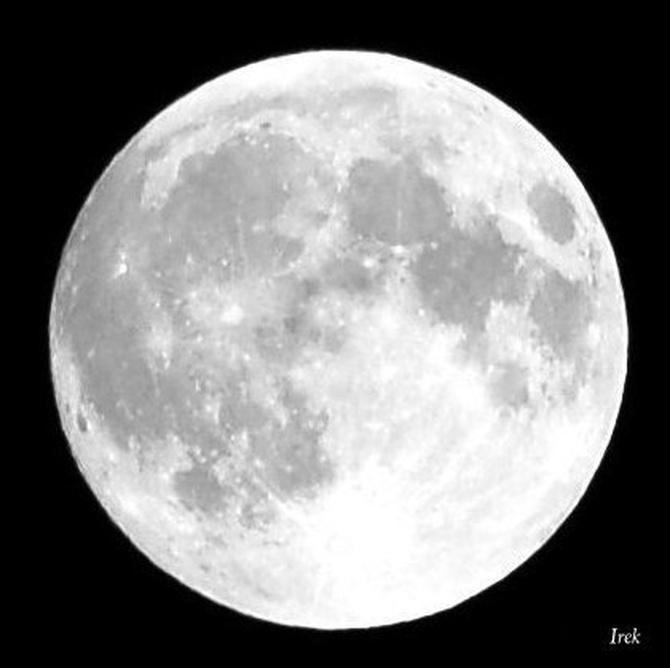 Światło księżyca w mocnym blasku przy pełni