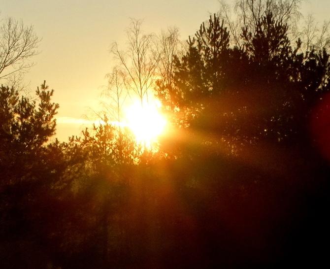 Zachodzi słoneczko,za las kalinowy. . . . . :)