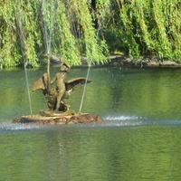 Wierzby płaczące i zabytkowa fontanna ...
